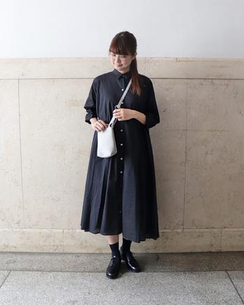 こちらは小さめサイズが可愛い「EMIL(エミル)」。お財布と携帯など、必要最小限のものを持ち歩くのにぴったりなサイズ感です。