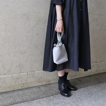 ショルダーバッグとしてはもちろん、手持ちにもできるデザインとなっています。カラーは先ほどのグレー・パープル・ブラウン・ブラックの4色。