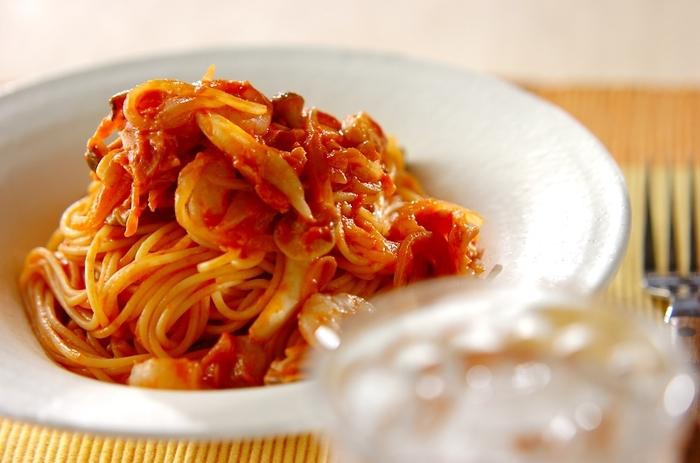 トマト缶で作るクリームパスタは、牛乳を使うことで軽い食感になるのが特徴です。煮詰めすぎるとソースの絡みが悪くなるので気をつけましょう。手頃な材料で作れるのがうれしい。