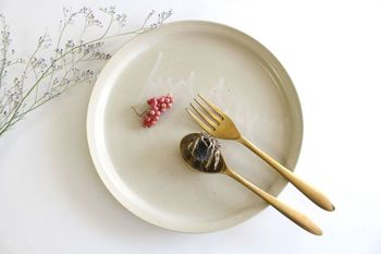 マットでしっとりとした質感の白せとの器です。優しい色合いに、釉薬の流れを感じさせるアクセントをプラス。スタンダードな白のお皿の代わりに、秋の食卓で大活躍の予感です。