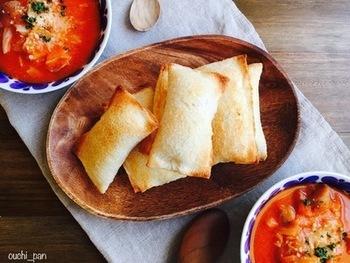 某ファストフード店で大人気のベーコンポテトパイ。おうちで作るなら、トースターで焼くだけ、カロリーもカットできるサンドイッチ用のパンで作ってみましょう!野菜たっぷりのスープを添えれば、栄養バランスも◎