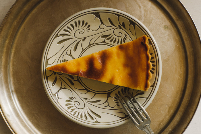 沖縄で300年続く壺屋焼の窯元から届いたエキゾチックなお皿です。飾り気のないチーズケーキやクッキーなど、素朴なスイーツがよく似合います。