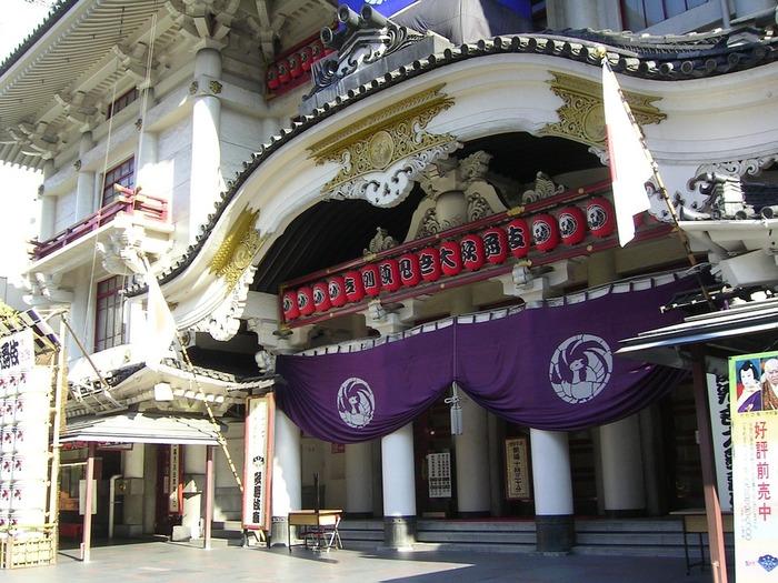 歌舞伎を観るなら、まず歌舞伎座へ!  東京・東銀座にある歌舞伎座は、1年を通して歌舞伎を上演している「歌舞伎の殿堂」ともいえる劇場です。その風格ある外観から「敷居が高い」という印象を受けがちですが、歌舞伎の世界観を本格的に感じるにはベストな場所です。  明治22年の開場以来、5度の立て直しを経て、2013年に改修。新たな歴史を歩み始めた歌舞伎座は、商業施設も充実している複合施設となっているため、歌舞伎の観劇以外でも楽しめる劇場として注目されています。