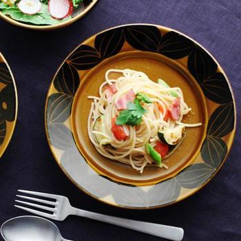 昔懐かしいレトロな趣と現代的なセンスが融合した、温かみたっぷりの7寸皿。こっくりとした飴色に黒の柄がよく映えます。