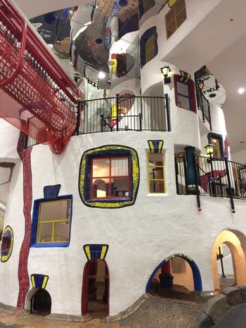 大阪の「扇町駅」からすぐのところに「キッズプラザ大阪」という子どもが遊べる博物館があります。そのなかにある「子どもの街」がフンデルトヴァッサー氏のデザインです。なかに入って遊べる建物になっています。
