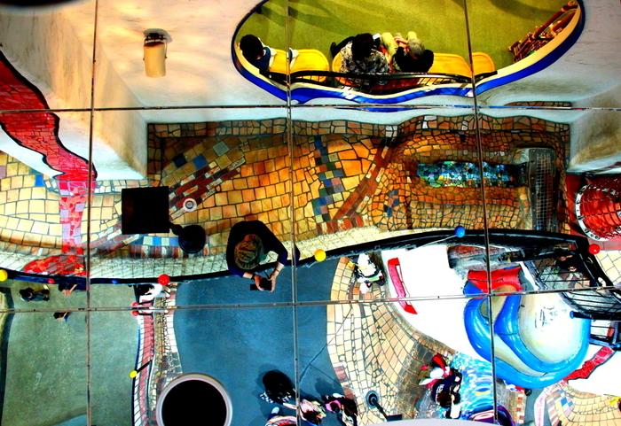 1つの街をイメージしてつくられていて、そのほとんどが曲線で構成されています。大人が観て楽しい・子供が遊んで楽しい施設ということで、いつも大盛況だそう。フンデルトヴァッサーの日本で唯一の室内の作品として、評価も高いとのことです。