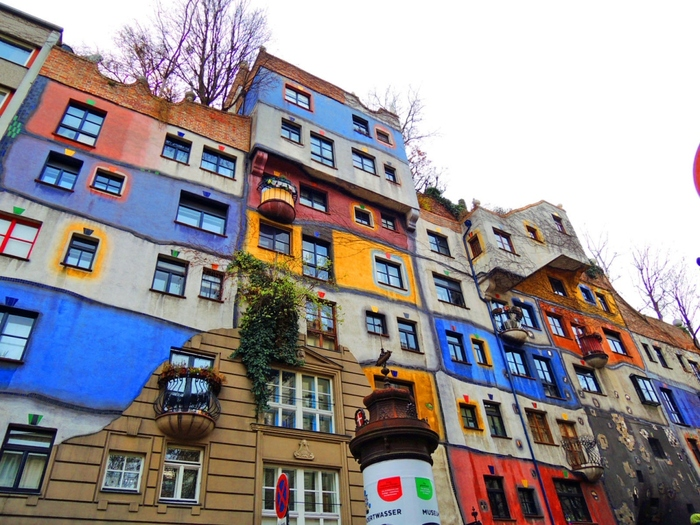 「フンデルトヴァッサーハウス」は、フンデルトヴァッサー氏が生まれたオーストリア・ウィーンにある集合住宅。カラフルでパズルのように組み合わさった芸術的でリズミカルな建物には、至るところに植物が植えられています。お庭のない集合住宅にも自然をたくさん取り入れたいという、フンデルトヴァッサー氏の意向です。住宅なので内観はできませんが、外観とお庭が見学可能だそうです。