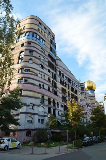 ドイツのダルムシュタットにある「ヴァルトシュピラーレ」という集合住宅も、フンデルトヴァッサー氏のデザインした建物です。緩やかな曲線で造られた建物は、「森の渦巻き」という意味の名前のとおり、大きな「らせん」状になっています。