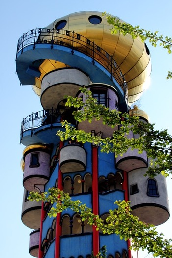 世界には、今回紹介した以外にもフンデルトヴァッサー氏がデザインを手がけた建築がたくさんあります。ぜひ、旅行先で訪れてみてはいかがでしょうか。写真で観るだけでもワクワクしますが、実物を観ればさらにその魅力を感じられるはずです♪