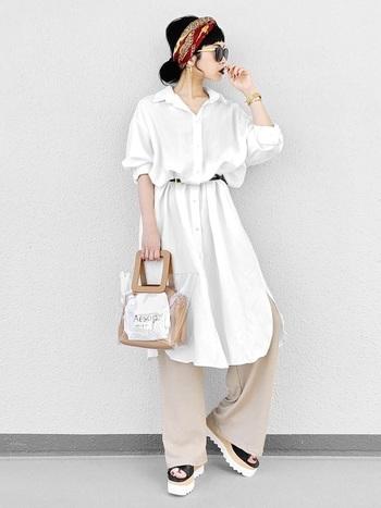 白いオーバーシャツにベージュのパンツというシンプルスタイルに、秋色のスカーフをプラスすればこなれ感も一気にUP。リップやチークなど秋のメイクと一緒に楽しめるオススメスタイルです。