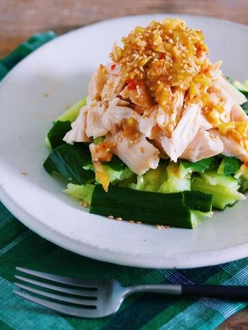 レンジで簡単調理の蒸し鶏に、たたききゅうりを合わせ、香味だれをかけるだけ。香味だれもレンジで温めてからかけると、具材に味が絡みます。