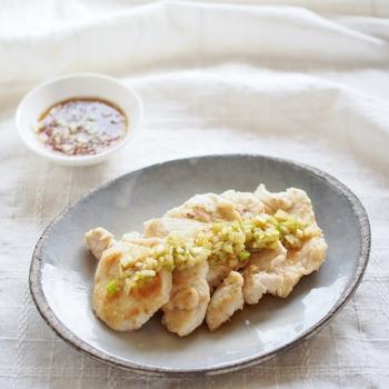 たれに柚子風味をきかすのも、和のテイストでいいものです。すりおろした柚子の皮と果汁が、たまらなく爽やかで食欲をそそります。