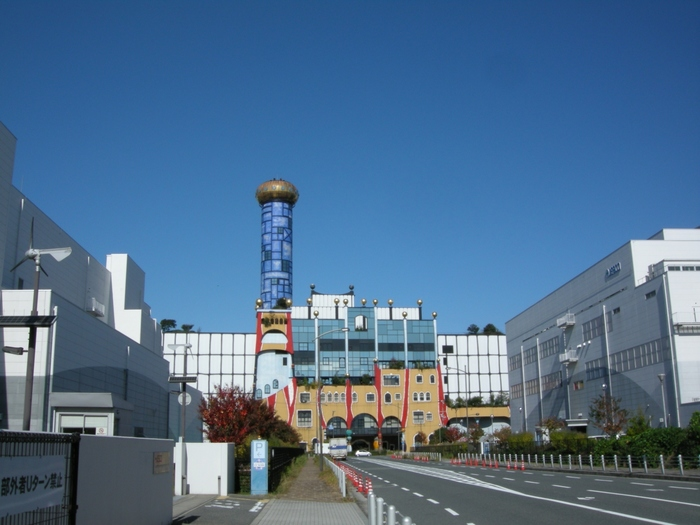 ゴミ処理場の舞洲工場のすぐそばにある下水汚泥処理場「舞洲スラッジセンター」のデザインもフンデルトヴァッサー氏のものです。外壁の赤は燃える炎、煙突の青は大阪湾の海と空の青をデザインしているのだそう。