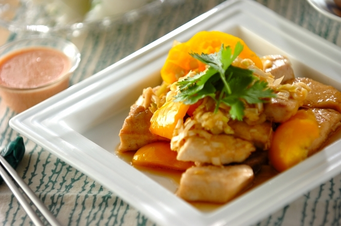 鶏肉よりもさっぱりといただける魚のユーリンチー。とくにメカジキは淡白ながらも食べ応えがあり、ユーリンチーによく合います。パプリカも、彩りと栄養、両面でいい働きをします。