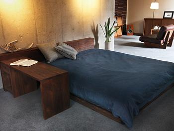 ベッドルームは思い切って、ローベッドをメインに置いてみませんか?サイドに置いた棚も同じぐらいの高さに揃えて、スッキリとした空間に仕上げましょう。