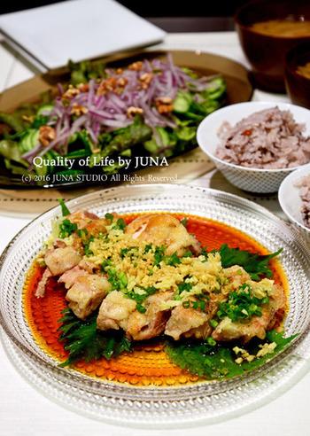 残り物の蒸し鶏を使ったユーリンチーをメインに、サラダやお味噌汁を合わせたシンプルな献立。メインがボリュームたっぷりなので、凝った副菜などなくても十分に満足できます。