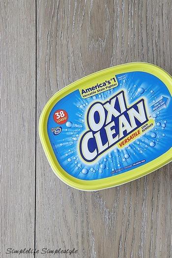 万能クリーナーとして人気の酸素系漂白剤オキシクリーンは、塩素系の漂白剤には少し劣りますが、繊維を傷める心配が少ないので安心して使うことができます。 洗い方は、50度程度のお湯2ℓにオキシクリーン1杯を混ぜ、2〜6時間漬け置きし、あとは軽くブラシでこすり洗いをすればOKです。ゴシゴシこすらなくてもスルンと汚れが落ちますよ。また、殺菌・除菌効果もあるので気になる臭いにも効果的です。