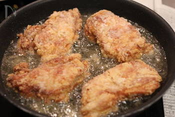 あとは、下味をつけた鶏もも肉に片栗粉をまぶし、少なめの油をかけながら、じっくりと両面をカリッと揚げ焼きにしていきます。二度揚げするのもカリカリに仕上げるコツです。