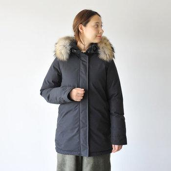 世界的にも珍しく原毛から製品までを一貫して自社工場で生産し、高い品質を維持している「PYRENEX」。 厚手のセーターやジャケットの上から着てもストレスを感じない立体的な腕回り、そしてスタイリングしやすい絶妙な丈感でスマートな印象に。さらにボリューミーなラクーンファーがエレガントな雰囲気に彩ります。