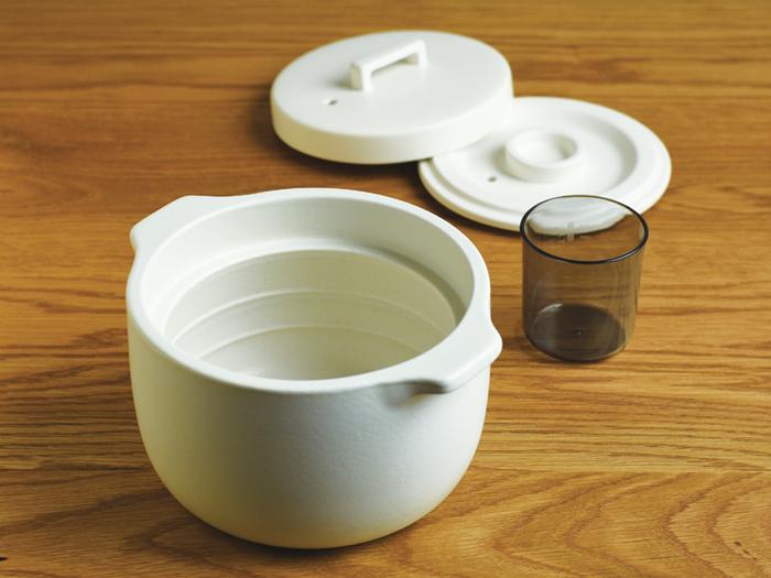 KINTOの「KAKOMI」は、土鍋とは思えないスタイリッシュなデザイン。通常の土鍋と比較して吸水率が低いのが特徴で、料理のにおいが移りにくい仕様になっています。
