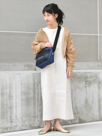 Tシャツ×スカートのホワイトコーデに、ベージュのボレロをさらりと羽織って。ゴールドのパンプスが、まろやかカラーによく合い、程よいアクセントになっています。