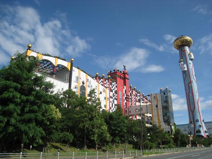 大阪の舞洲にあるゴミ処理場「舞洲工場」です。そのお城のようなメルヘンな外観は、とてもゴミ処理場には見えないですよね。テーマパークだと思ってしまう観光客も多いそう。