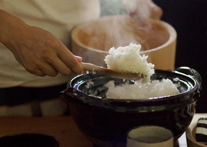 意外と簡単にできる土鍋ごはん。土鍋には簡単に取り扱えるものや、デザイン性の高いものなど様々な種類があります。毎日食べるごはんだから、美味しさと使いやすさを考慮して土鍋ごはんを取り入れてみて下さいね。