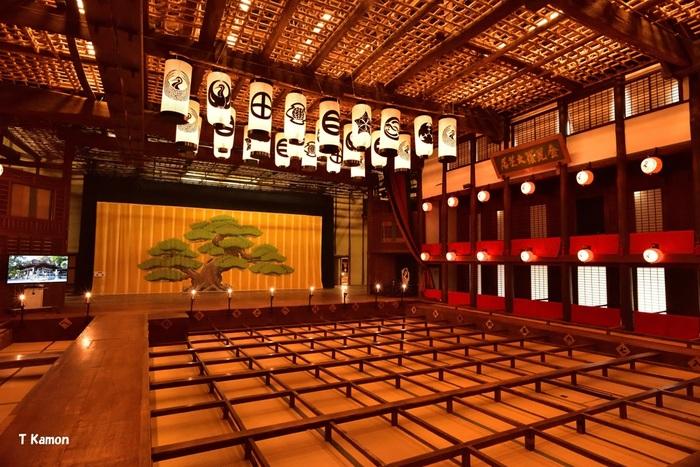 現在の劇場の原型になったという、「歌舞伎の舞台」についても触れましょう。実はさまざまな仕掛けが施されており、根本的な造りは、江戸時代からほとんど変わっていません。現代の舞台で当たり前に使われているせり上がりや回転、花道、奈落といった舞台装置を日本で使用したのは、歌舞伎の舞台が最初ともいわれています。  歌舞伎は、現代では日本固有の伝統芸能として受け継がれていますが、歌舞伎が大きく発展した江戸時代では、庶民の娯楽の最先端であったことがうかがえます。