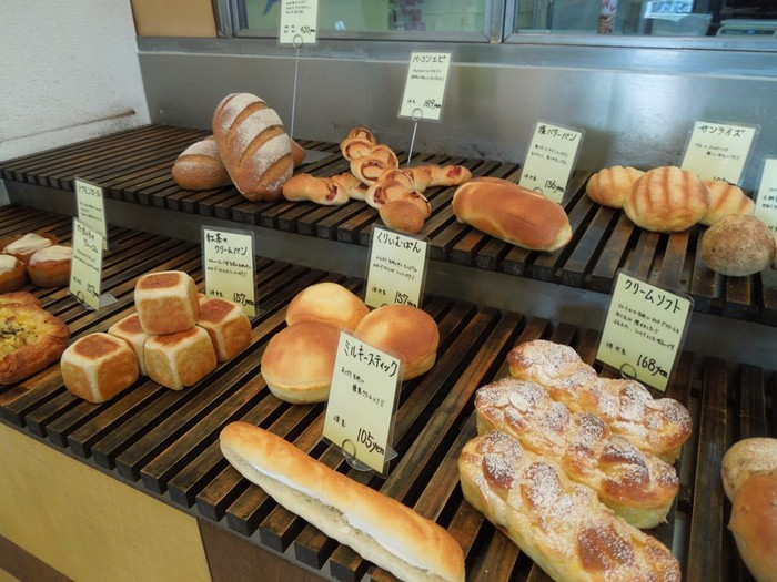 あたたかい雰囲気の店内にはこだわりのパンたちが丁寧に並べられています。石臼挽き小麦を使った「カンパーニュ」や「バケット」は天然ミネラルも食物繊維も豊富。外はカリカリ中はふわふわの絶妙な食感です。