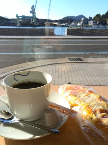 店内に数席あるカウンターからは、尾道の海の景色と道ゆく人々をのんびりと眺めることができます。できたてのパンとコーヒーで朗らかな時間を過ごせるのも「パンのなる木」の魅力のひとつ。日々の忙しさから少し離れて、心も頭もリフレッシュできそうです。