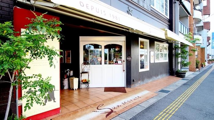 古いフランス映画に出てきそうな、ヴィンテージな建物の1階にあるベーカリーショップ「サンモルテ」。尾道駅から徒歩圏内の距離にあります。海沿いに面しているので商店街の散策に疲れたら、おいしいパンを食べに立ち寄ってみてはいかがでしょう♪