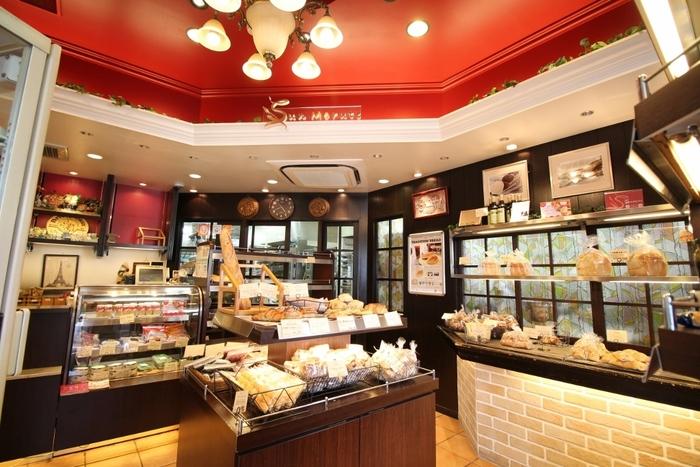 ヨーロッパ風の店内には種類豊富なパンのほか、ハムやソーセージ、チーズ、プリンなども販売しています。人気店だけあって、お昼過ぎにはパンの種類がだいぶ少なくなってしまうので、早めの時間の来店がおすすめです。
