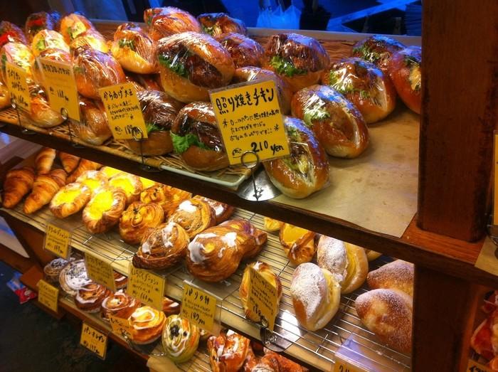店内に並べられたパンたちは、がっつり系のお総菜パンから旬なフルーツや野菜を使った甘いパンまで種類豊富。パンへの愛情が伝わってくる手作りのPOPを読みながらじっくり選ぶのが楽しいひととき。
