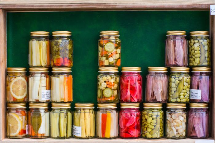 抗菌作用を持ち、代謝力アップや腸内環境を整えてくれる作用など、体にとって嬉しいことがいっぱいのお酢。そのお酢と栄養たっぷりの野菜などを合わせた「酢漬け」は、付け合わせにはもちろん、サンドイッチやパスタ、ソースなど、様々なアレンジが効くので非常に便利な常備菜です。 健康を気にする人や、ダイエット中の人にも人気で話題を呼んでいる「酢玉ねぎ」や「酢大豆」などをはじめ、おすすめの酢漬けレシピとそのアレンジレシピをご紹介します。
