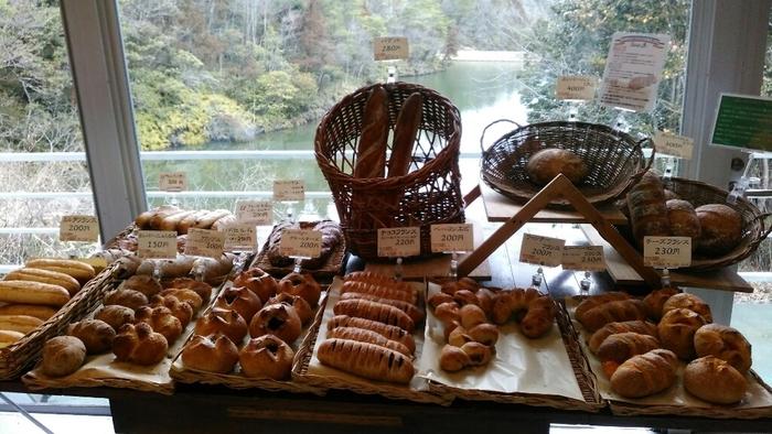 こだわりの素材を使って作られたパンはどれも素朴でどこか懐かしい味。ハード系のパンは見た目も美しく、品ぞろえ豊富。こだわりの素材を使用した「カンパーニュ」は知る人ぞ知る人気のパン。