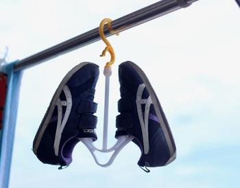 少しでも早く乾かしたい!という場合は、しっかりと脱水した後、靴用のハンガーを使って風通しのいい場所、もしくは扇風機を使って乾かせば、早く乾かすことができます。靴用のハンガーは100均などで購入できますが、針金ハンガーを折り曲げたものでも代用できます。針金ハンガーであれば自分の靴のサイズに合わせて調整ができるのもいいところ。