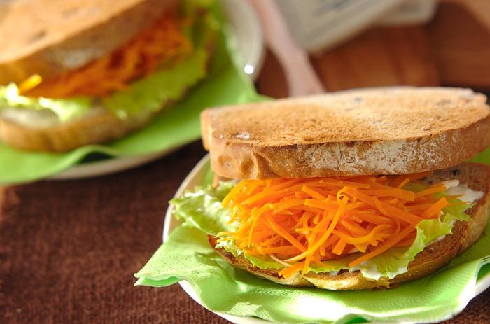 歯ごたえもあって甘味と酸味も楽しめるキャロットラペをパンに挟んだサンドイッチ。忙しい朝でも、挟むだけだから簡単です。