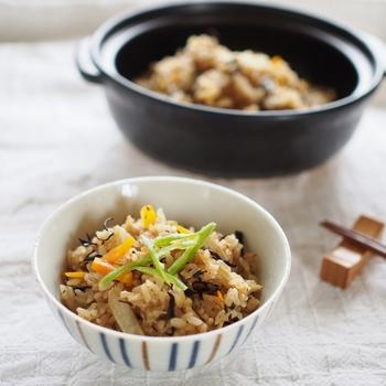 """炊飯器で手軽に作れる""""炊き込みご飯風のおこわ""""。浸水しないこと、具を加える時にお米と具材を混ぜないこと、炊き上がった後は保温しないこと。この三つのポイントに気をつけるだけで、おうちでも手軽に""""おこわ""""が楽しめます。ちょっとしたお祝いや、おもてなしの席にもおすすめですよ!"""