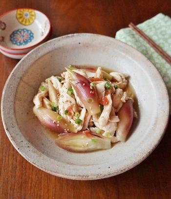 さっと茹でたみょうがと、レンジで加熱した鶏のササミをめんつゆベースのタレで和えるだけ。梅、ゴマ、お酢でさっぱりとしているので、暑くて食欲がない時でも、あっさりと頂けます。見た目もとっても涼やかで、夏の食卓を優しく彩ってくれそうです!