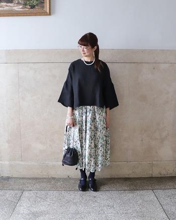 ホワイトベースのふんわりとしたデザインのスカートとブラックの相性は抜群!バッグとシューズも黒でまとめて、落ち着いた中にも華やかさのある、よそ行きコーデの完成です。