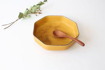 鮮やかだけど派手過ぎない、絶妙なからし色。「つどい鉢」の名前の通り、みんなが集う日の食卓に並べたい、雰囲気のある器です。