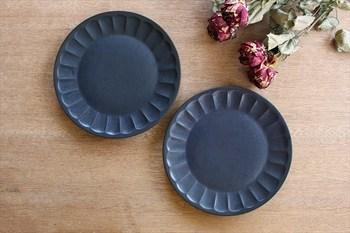 秋の夜空を思わせる深い紺色が印象的。料理に高級感や品格を添え、シックな大人のテーブルへと導きます。