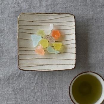 すっきりとした角皿に穏やかなラインが描かれ、親しみやすさを感じさせる器です。和菓子をちょこんと乗せるだけで絵になり、おもてなしでも重宝します。