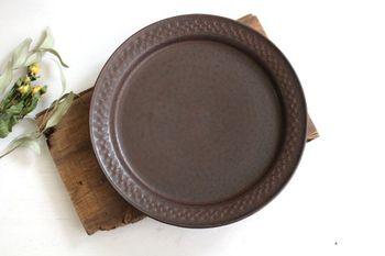 可愛らしくも大人っぽくも使えるチョコレート色の大皿です。褐色の器は、チーズクリームのパスタやリーフサラダなど、ナチュラルカラーの食材がよく映えますよ。