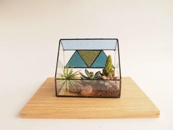 おしゃれなステンドグラスのテラリウム。小さなガラスの空間の中にあなただけの小宇宙をつくってみてください。