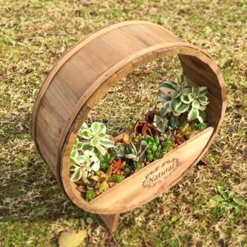温かなイメージの木材もおすすめ。こちらはカントリー調の木製の鉢。鉢を輪切りにしたような可愛い形で、キュートな多肉植物に似合います。DIYすることもできそうですね。