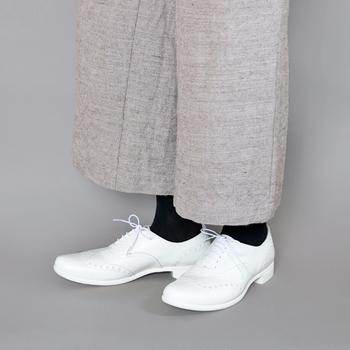 TRAVEL SHOESという名前の通り、旅先でも履きたくなるような特別なレインシューズ。また、雨の日に真っ白い靴というのもこの靴だからこそ出来ること。30年後も履いて、素敵なヴィンテージとして育てていきたくなるような靴です。