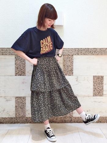 ガーリーな花柄のティアードスカートは、ボーイッシュなネイビーのロゴTシャツでミックススタイルに♪ゆるっとしたサイズ感のTシャツが、甘くなりがちなスカートコーデに適度なスパイスをプラスしています。