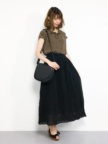 どこかレトロで秋らしさを感じさせるドット柄ブラウスは、黒のスカートと小物でシンプルに。ふんわりとしたブラウスの質感が、重く見えがちなマキシ丈スカートを軽やかにみせてくれます。