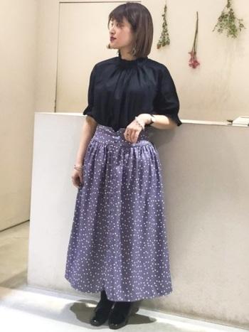 ほんのりくすんだ淡いパープルは、可愛いけれど合わせる色に困りそう…。そんなときこそ、黒の出番です!メインのスカート以外を黒でまとめれば、ドット柄スカートが主役の秋らしいコーデに仕上がります。